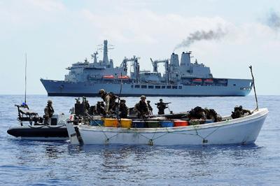 Inspection d'un navire suspect dans le golfe d'Aden